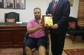 ممرض في مستشفي فلسطين بالقاهرة يعتدي على صحفي مصاب برصاص الاحتلال